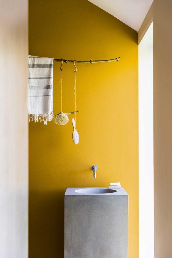 salle-de-bains-evier-beton-jaune
